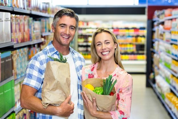 Uśmiechnięta para z torby sklep spożywczy