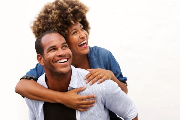 Uśmiechnięta pary pozycja w uścisku na białym tle
