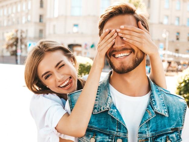 Uśmiechnięta piękna dziewczyna i jej przystojny chłopak hipster.