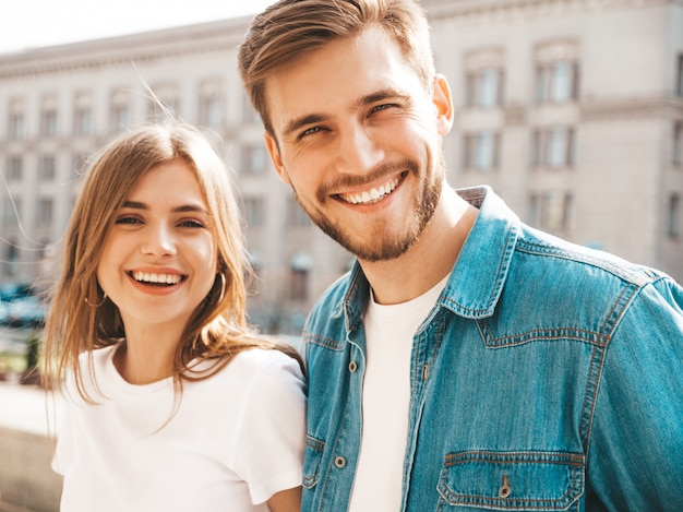 Uśmiechnięta piękna dziewczyna i jej przystojny chłopak w letnie ubrania.