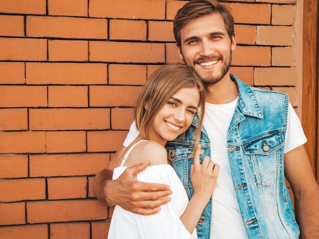 Uśmiechnięta piękna dziewczyna i jej przystojny chłopak.