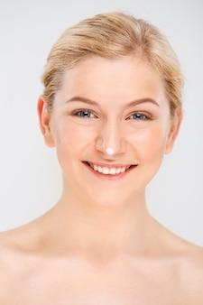 Uśmiechnięta piękna kobieta z śmietanką na nosie