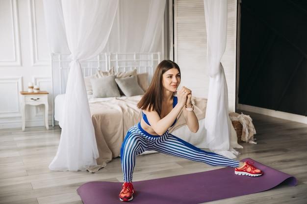 Uśmiechnięta piękna sportsmenka dziewczyna robi rzuca ćwiczenia