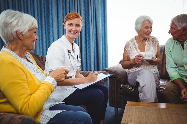 Uśmiechnięta pielęgniarka patrzeje kamerę