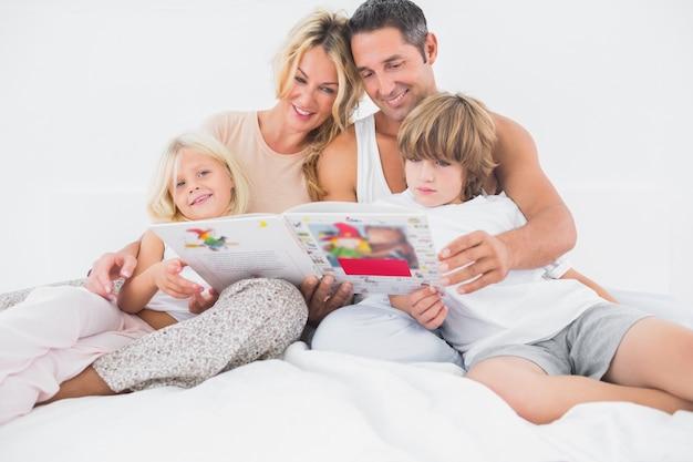 Uśmiechnięta rodzina czyta opowieść wpólnie