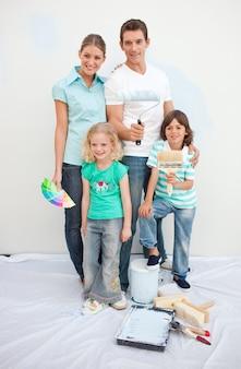 Uśmiechnięta rodzina dekoruje ich dom