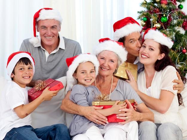 Uśmiechnięta rodzina na boże narodzenie