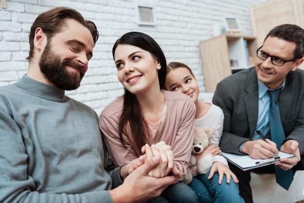 Uśmiechnięta rodzina na sesji terapii psychologicznej