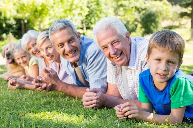 Uśmiechnięta rodzina patrząc na kamery z psem