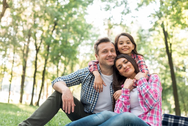 Uśmiechnięta rodzina spędza czas razem w parku
