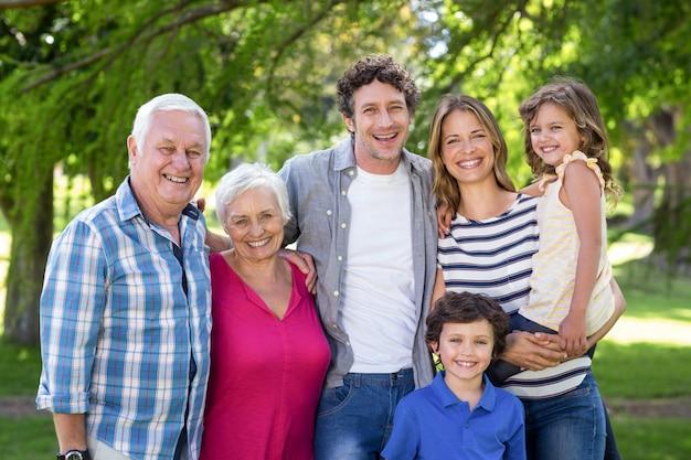 Uśmiechnięta rodzina stojący