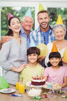 Uśmiechnięta rodzina wielopokoleniowa świętuje przyjęcie urodzinowe