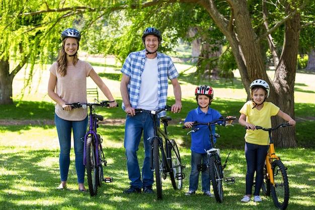 Uśmiechnięta rodzina z ich rowerami