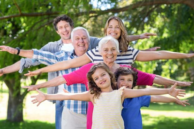 Uśmiechnięta rodzinna pozycja z rękami rozciągniętymi out