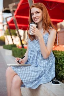 Uśmiechnięta rudzielec dziewczyna w słuchawkach