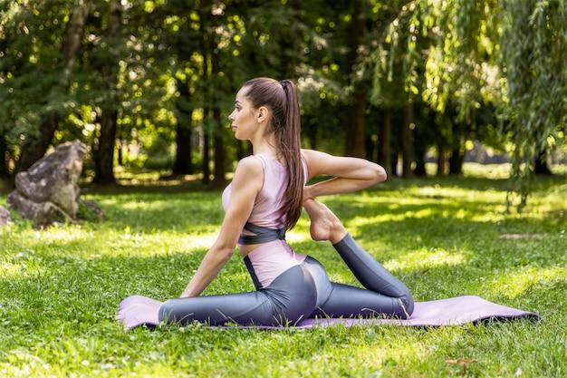 Uśmiechnięta sportowa kobieta robi joga
