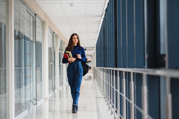 Uśmiechnięta studentka promująca swoją przyszłość poprzez regularne wykłady