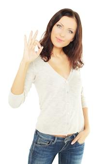 Uśmiechnięta studentka z ok znak, na białym tle