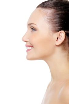 Uśmiechnięta twarz kobiety z czystą, czystą skórą