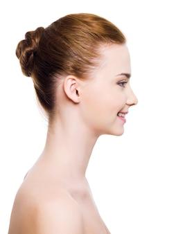 Uśmiechnięta twarz kobiety z jasną skórą