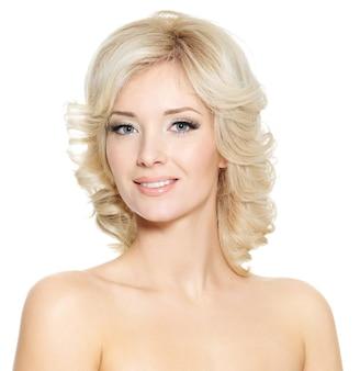 Uśmiechnięta twarz młodej kobiety, ładna blondynka na białym tle