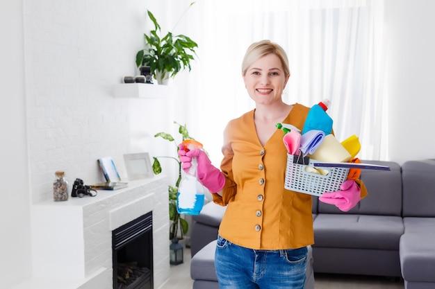 Uśmiechnięta warta dziewczyna ze sprzętem do sprzątania
