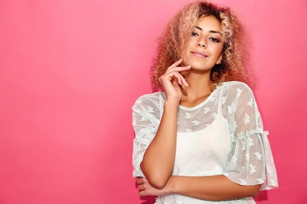 Uśmiechnięta wzorcowa kobieta w modnym lecie odziewa