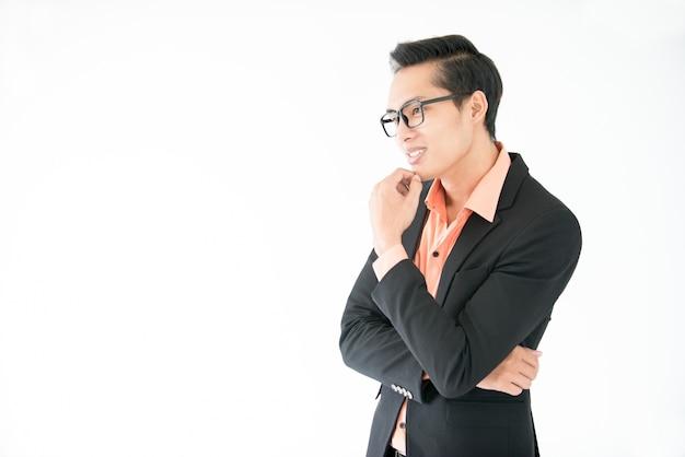 Uśmiechnięta zamyślony przedsiębiorca azjatyckich myślenia o działalności gospodarczej
