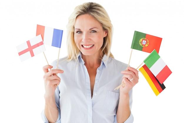 Uśmiechnięte blondynki kobiety mienia europejczyka flaga