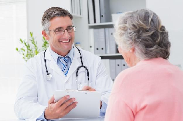 Uśmiechnięte doktorskie writing recepty dla pacjenta