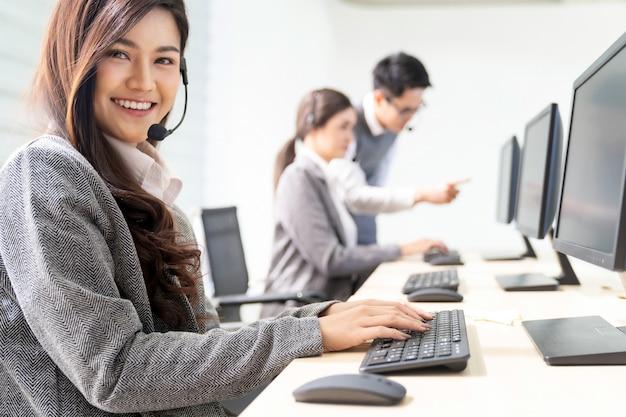Uśmiechnięte działające call center