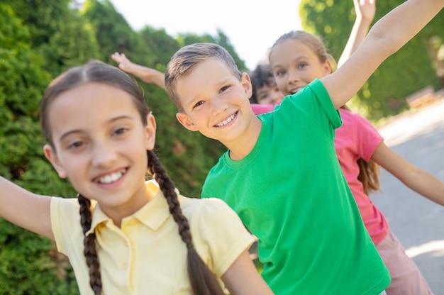 Uśmiechnięte dzieci aktywnie bawiące się w parku