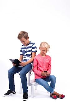 Uśmiechnięte dzieci w wieku szkolnym poznają świat i komunikują się