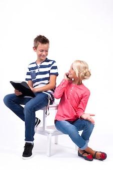 Uśmiechnięte dzieci w wieku szkolnym poznają świat