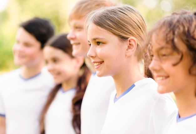 Uśmiechnięte dzieciaki przygotowują się do meczu piłki nożnej