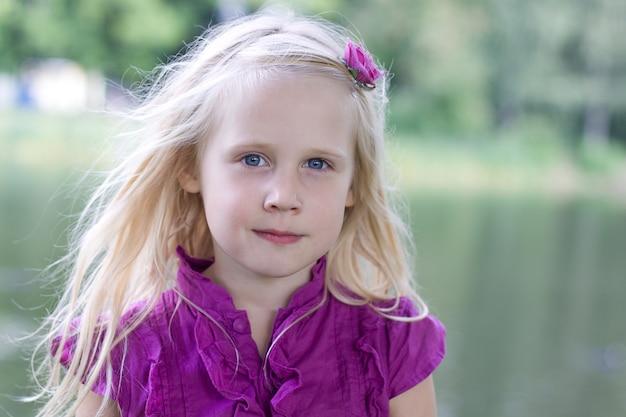 Uśmiechnięte dziecko dziewczyna na zewnątrz - szczęście