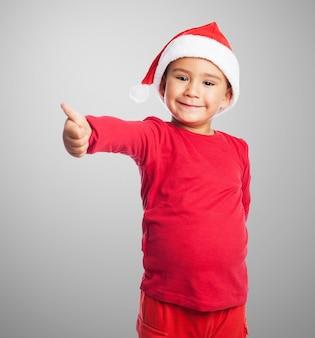 Uśmiechnięte dziecko z kciukiem do góry