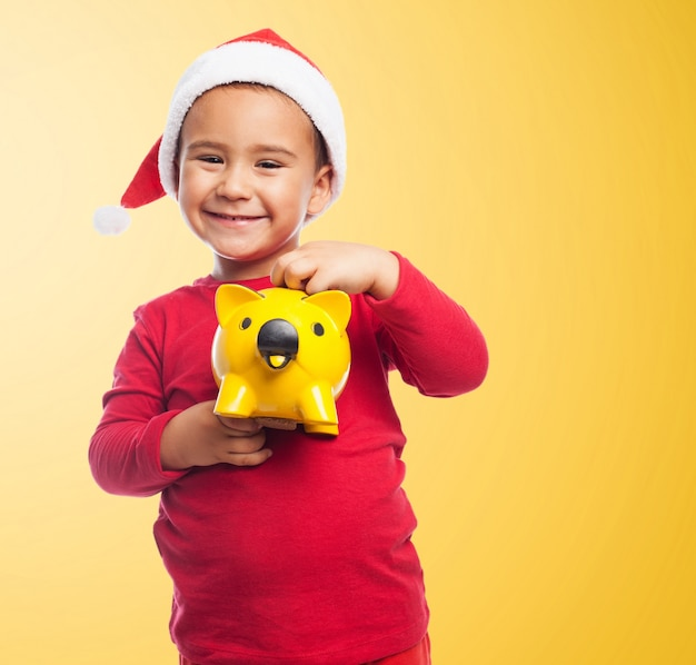Uśmiechnięte dziecko z wykorzystaniem jego skarbonka