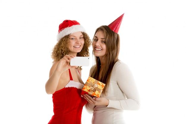 Uśmiechnięte kobiety biorące selfie