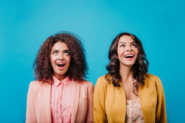 Uśmiechnięte kobiety brunetki pozowanie razem