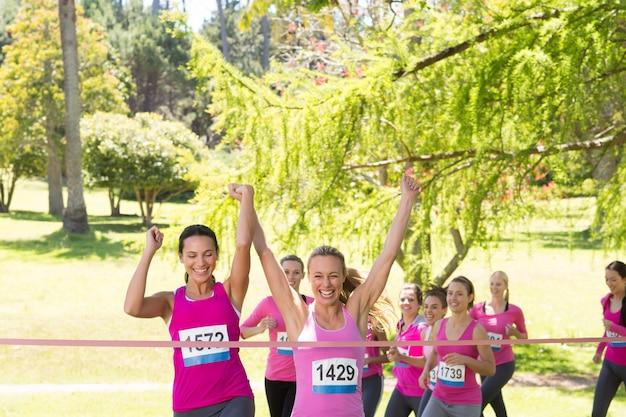 Uśmiechnięte kobiety działające na rzecz świadomości raka piersi