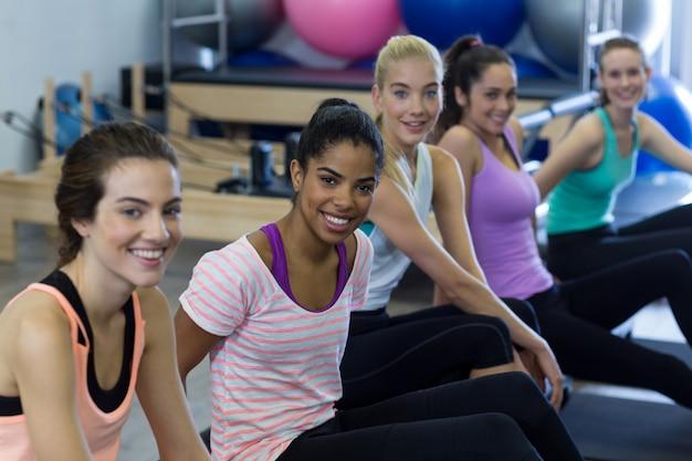 Uśmiechnięte kobiety fit relaks w siłowni