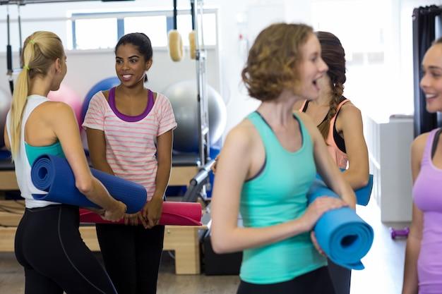 Uśmiechnięte kobiety fit współdziałające ze sobą
