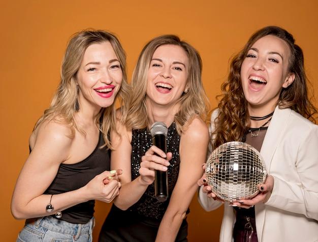 Uśmiechnięte kobiety śpiewają
