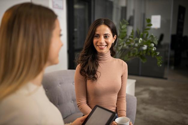 Uśmiechnięte kobiety udzielają razem wywiadu radiowego