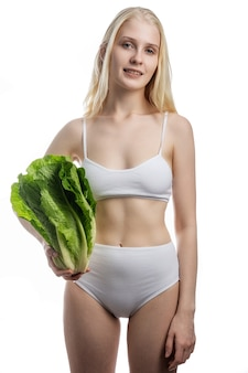 Uśmiechnięte ładne dziecko ze zdrowych surowych warzyw w rękach. organiczne, naturalne, zdrowe produkty spożywcze.