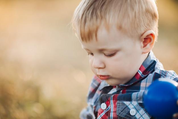 Uśmiechnięte małe dziecko patrzy na zewnątrz
