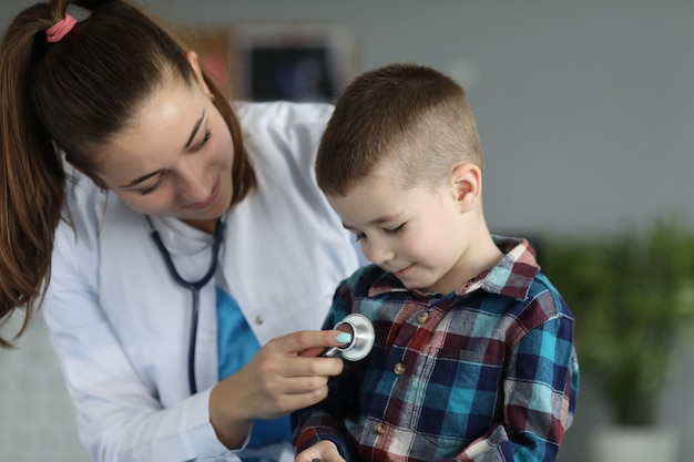 Uśmiechnięte małe dziecko u lekarza
