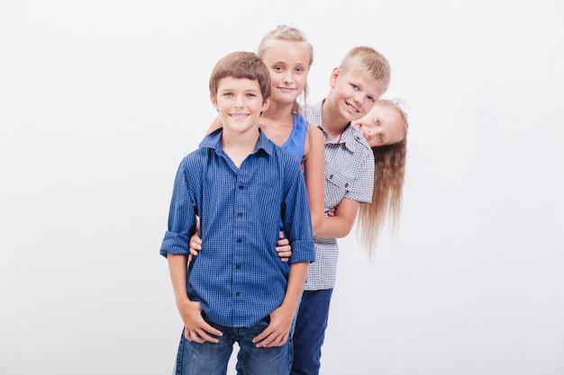 Uśmiechnięte nastolatki na białym tle
