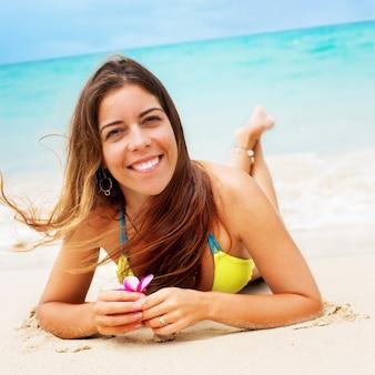 Uśmiechniętej kobiety bikini zabawy relaksująca tropikalna plaża